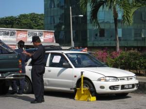 PASUKAN Penguatkuasa MPSP sedang menjalankan operasi mengunci tayar kenderaan yang menghalang lalulintas di sekitar daerah Seberang Perai.