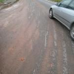 KESAN tanah me r a h y a n g melekat di jalan raya yang boleh membahayakan pengguna jalan raya terutama p e n u n g g a n g motosikal.